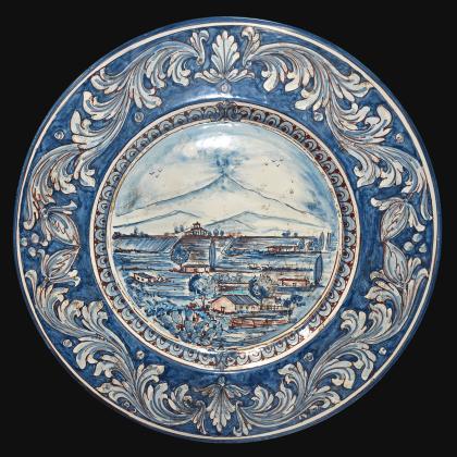Piatto cappello prete Ø 35/40 con paesaggio Etna ornato mono blu in ceramica di Caltagirone