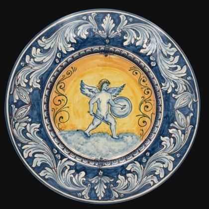 Piatto cap. prete Ø 40 con soldato angelico ornato fondo blu in ceramica di Caltagirone